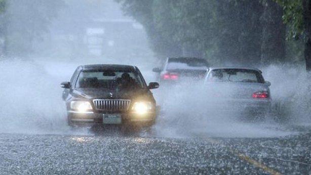 Tips Mengendarai Mobil saat Hujan